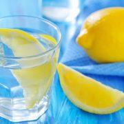 Víz frissen facsart citrommal