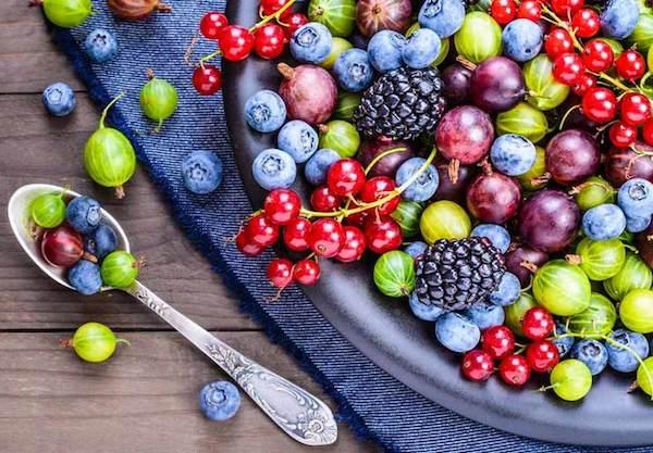 Bogyós gyümölcsök vegyesen egy tálban: ribizli, szőlő, áfonya, egres, szeder.
