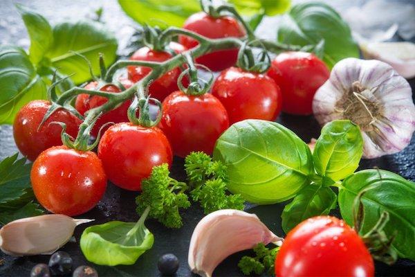 Paradicsom, fokhagyma és friss bazsalikom – a mediterrán étrend alapvető összetevői.