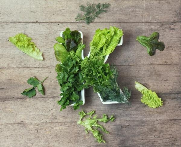 Zöld leveles zöldségek egy K betű formába beletuszkolva.