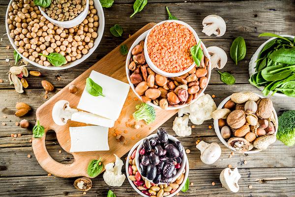 Növényi fehérjeforrások: teljes kiőrlésű gabonafélék, magvak, diófélék és hüvelyesek.