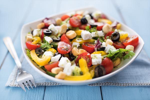 Mediterrán étrend alapösszetevői egy salátában.