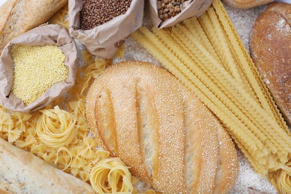 Különböző kenyér- és tésztaféleségek egymás mellett.