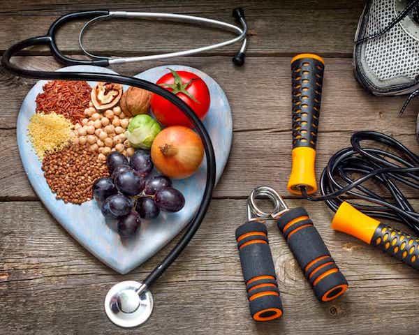 Életmódváltás eszközei koleszterincsökkentő táplálékokkal. edzőcipővel, ugrókötéllel.