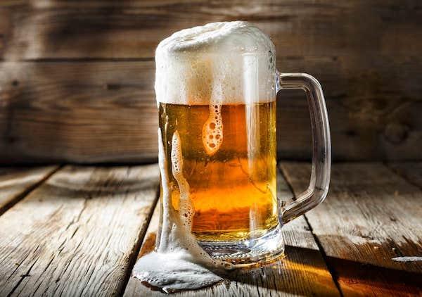 Egy guszta nagy korsó sör az asztalon.