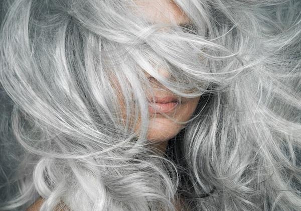 Hosszú, festett, ápolt ősz hajú hölgy.