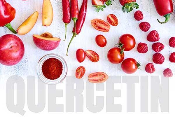 Kvercetint tartalmazó zöldségek és gyümölcsök az angol Quercetin felirat fölött.