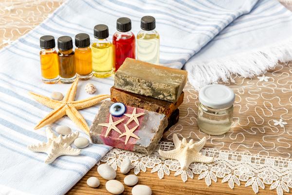 Esszenciális olajok, tengeri csillag, házi készítésű szappanok, strandtörülköző – nyári bőrápolási termékek.