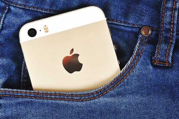 Egy iPhone a farmerzsebben.