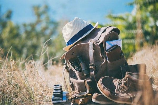 Hátizsák, kalap, balancs, fényképezőgép, térkép egymás mellett – egy kellemes nyári kirándulás eszközei.