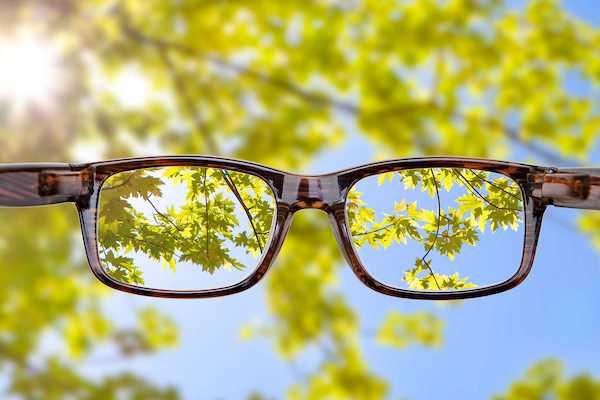 Szemüveggel való éles látás kinn, a természetben.