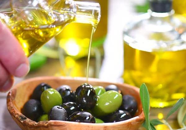 Olajbogyókra öntenek rá olívaolajat.