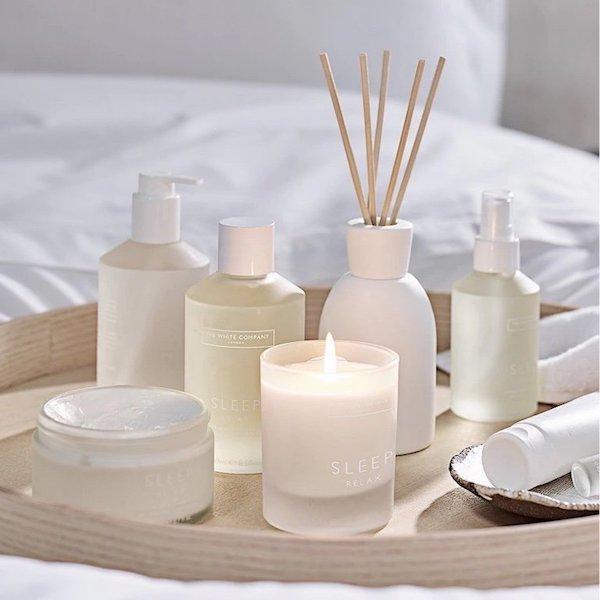 Aromaterápiás szerek: krémek, testápolók, olajak, illatgyertyák és illatosító pálcák.