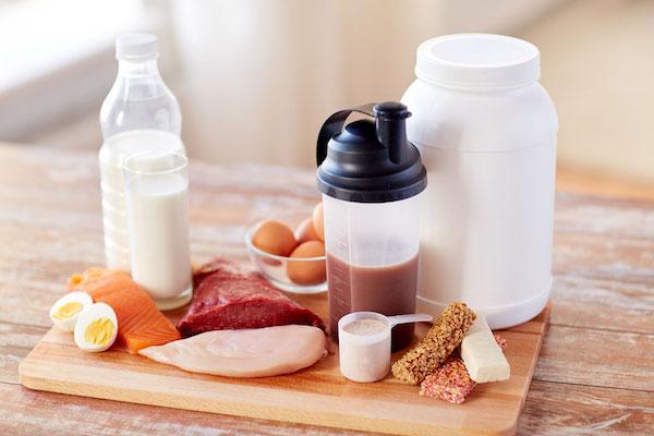Fehérjét tartalmazó élelmiszerek: tojás, hús, hal, tej, fehérjeturmixok, fehérjés snackek.