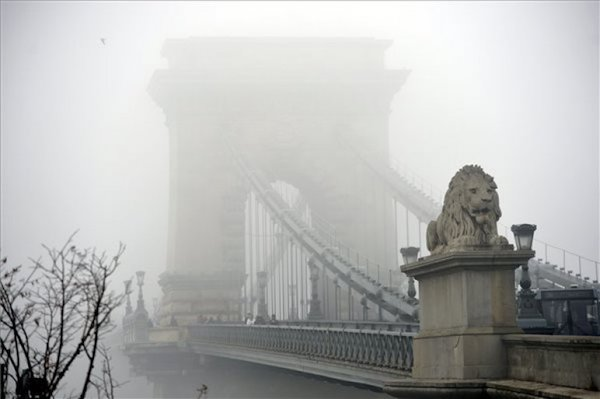 Budapesten a Lánchíd erős szmogban.