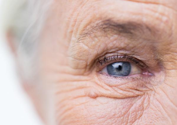 Idős néni szeméről közeli fotó.