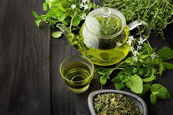 Zöld tea üvegkancsóban és pohárban.