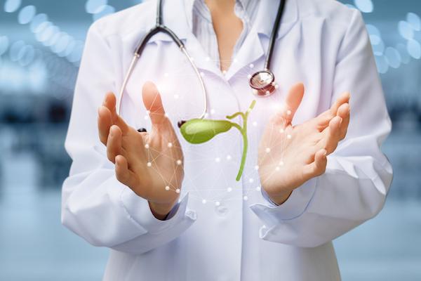 Epehólyag virtuális képét mutatja kezei között egy orvos.