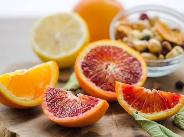 Citrusfélék felvágva, a háttérben olajos magvak.