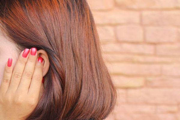 Fülét fájlalja egy vörös hajú hölgy.