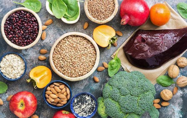 Vasban gazdag táplálékok: brokkoli, mandula, máj, dió, alma, gránátalma, spenót, bab, lencse, paprika.