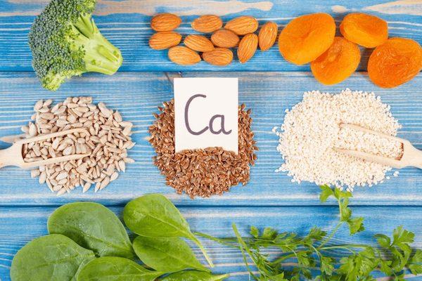 Kalciumban dús élelmiszerek: spenót, petrezselyem, mandula, brokkoli, aszalt sárgabarack, lenmag, szerzámmag.