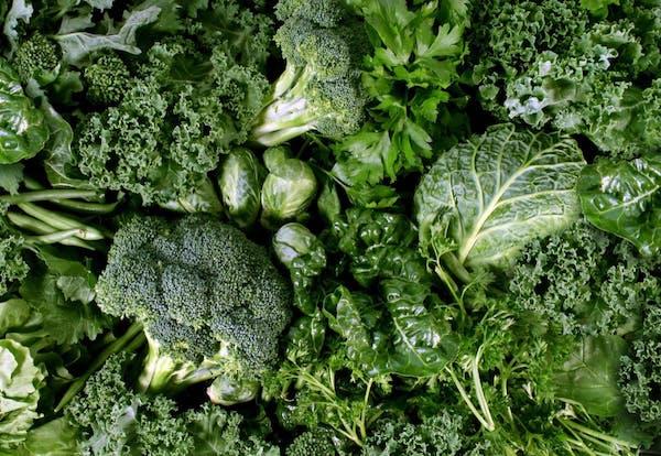 Sok oxálsavat tartalmazó zöldségek: spenót, brokkoli, kelbimbó, saláta.