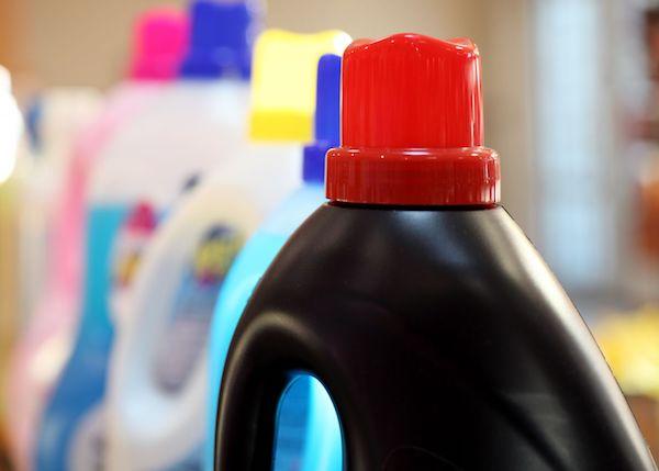 Műanyag tisztítószeres flakonok.