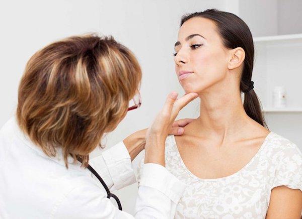 Pajzsmirigyét vizsgálja betegének egy doktornő.