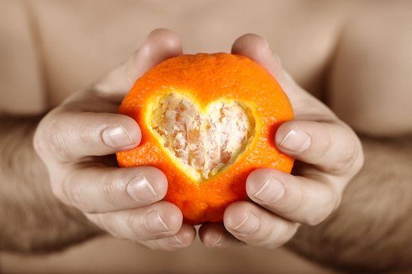 Narancs küldő héjából egy szív alak kivágva.