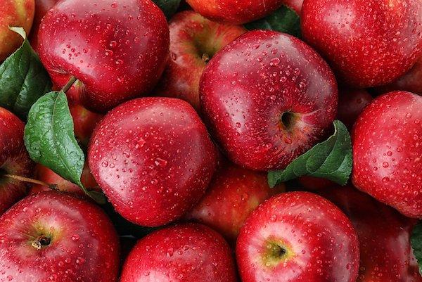 Frissen mosott piros almák.