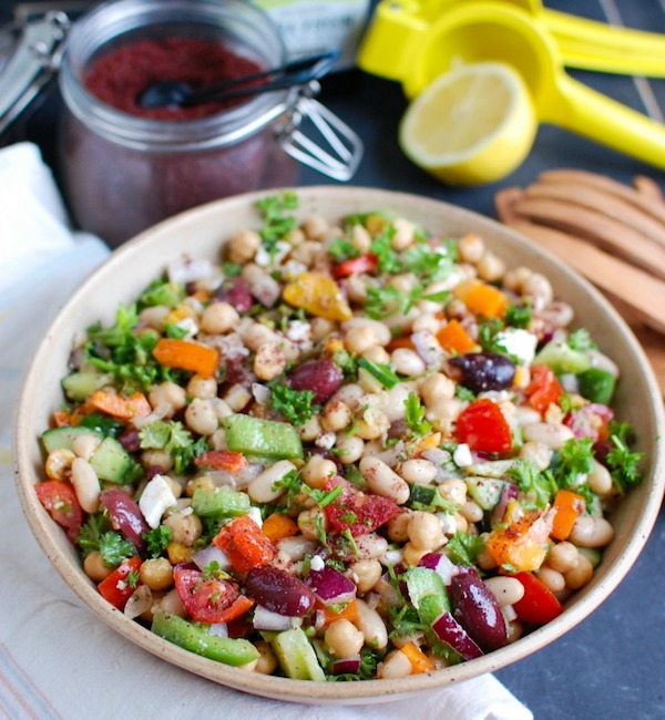 Tarka babsaláta, tele színes zöldségekkel.