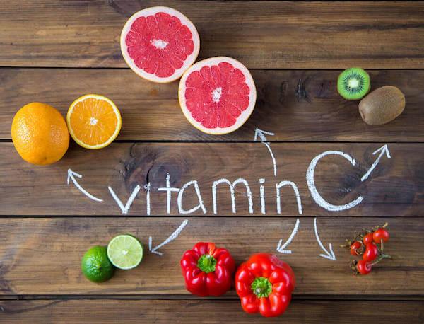 C-vitamint tartalmazó gyümölcsök (narancs, kivi, grépfrút, lime) és zöldségek (paradicsom, paprika).