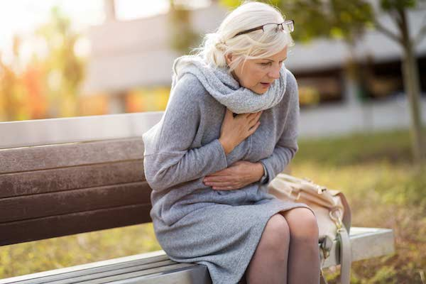 Padon ülve egy hölgy mellkasát és gyomrát fájlalja, lehet, hogy szívinfarktust kapott.