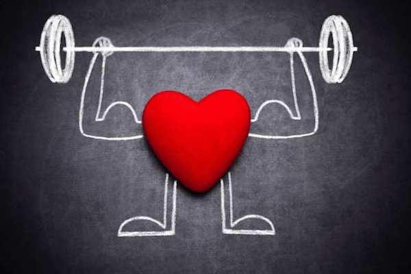 Fekete táblán egy rajz, melyen egy piros szív súlyt emel.