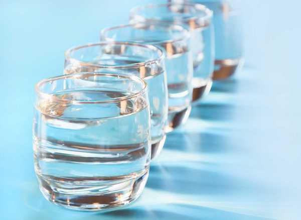 Sok pohár vízzel töltve egymás után.