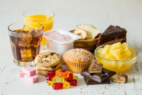Különböző cukros édességek, joghurtok, üdítőitalok.