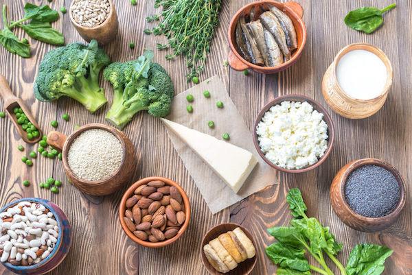 Sok kalciumot tartalmazó táplálékok: mandula, bab, brokkoli, borsó, mák, joghurt, túró, szardella, zöld leveles zöldségek.