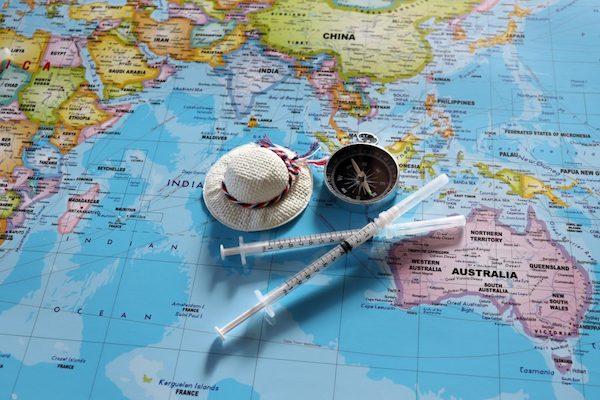 Térképen egy mini szalmakalap, iránytű és inzulin.