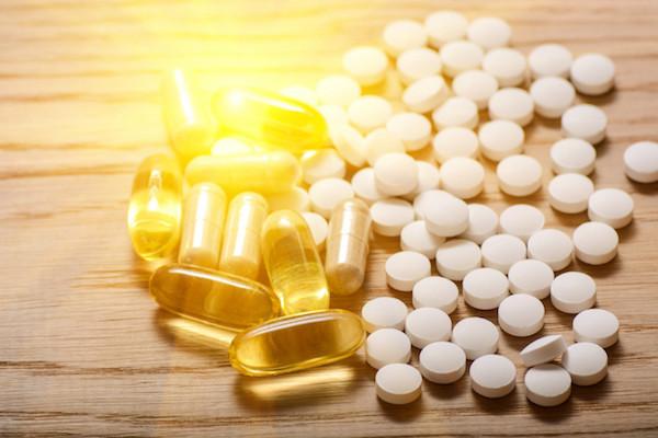 D-vitaminok és omega-3-mat tartalmazó halolajkapszulák.