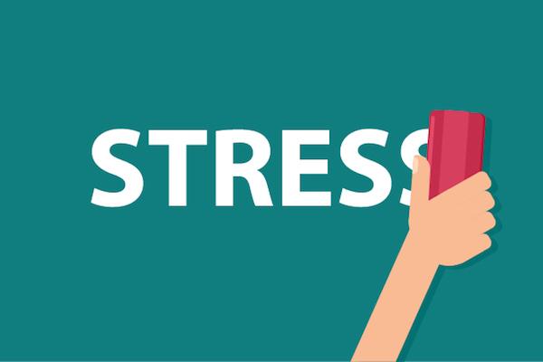 A stressz szót törlik le egy zöld tábláról piros szivaccsal.