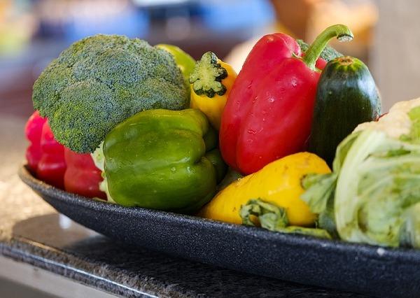Friss, egészséges zöldségek egy tálon, paprika, brokkoli, káposzta.