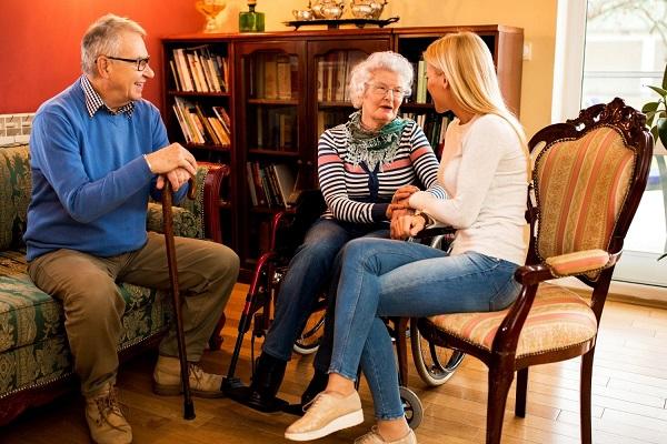 Nyugdíjas házaspár otthonában beszélget az unokájukkal.