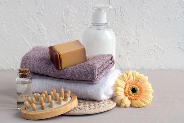 Tisztálkodási eszközök, szappan, tusfürdő, szivacs és törököző.