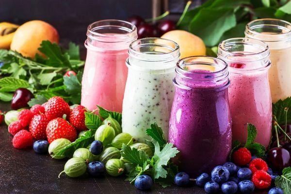 C-vitamint tartalmazó gyümölcsök, eper, málna, cseresznye, egres, fekete áfonya, és a belőlük készült smoothie üvegekben.