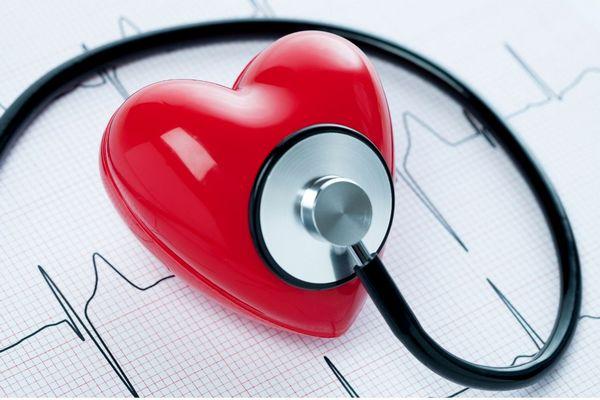 Egy EKG-lapon piros szív, rajta fonedoszkóp.
