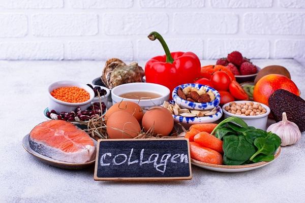Tányérokon kollagént tartalmazó élelmiszerek, hal, bab, vörös lencse, mandula, tökmag, csicseriborsó, paradicsom, paprika, avokádó, kivi, málna, fokhagyma, spenót, sárgarépa, tojások.
