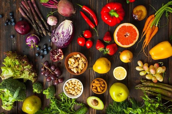 Rostokban gazdag zöldségek és gyümölcsök, spárga, fekete áfonya, vörös káposzta, saláta, brokkoli, szőlő, gránátalma, paradicsom, chili paprika, sárgarépa, szilva, narancs, vörös hagyma, körte, avokádó, alma, mandula, uborka, paprika.