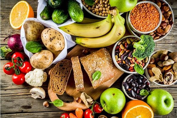 Szédhidrátot tartalmazó élelmiszerek, paradicsom, hüvelyesek, bab, lencse, mandula, mogyoró, banán, krumpli, uborka, alma, teljes kiőrlésű kenyér.