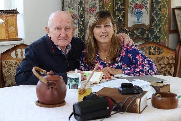 Szabó György, a bükki füves ember lányával Szabó-Lopes Zsuzsával egy asztalnál ül.